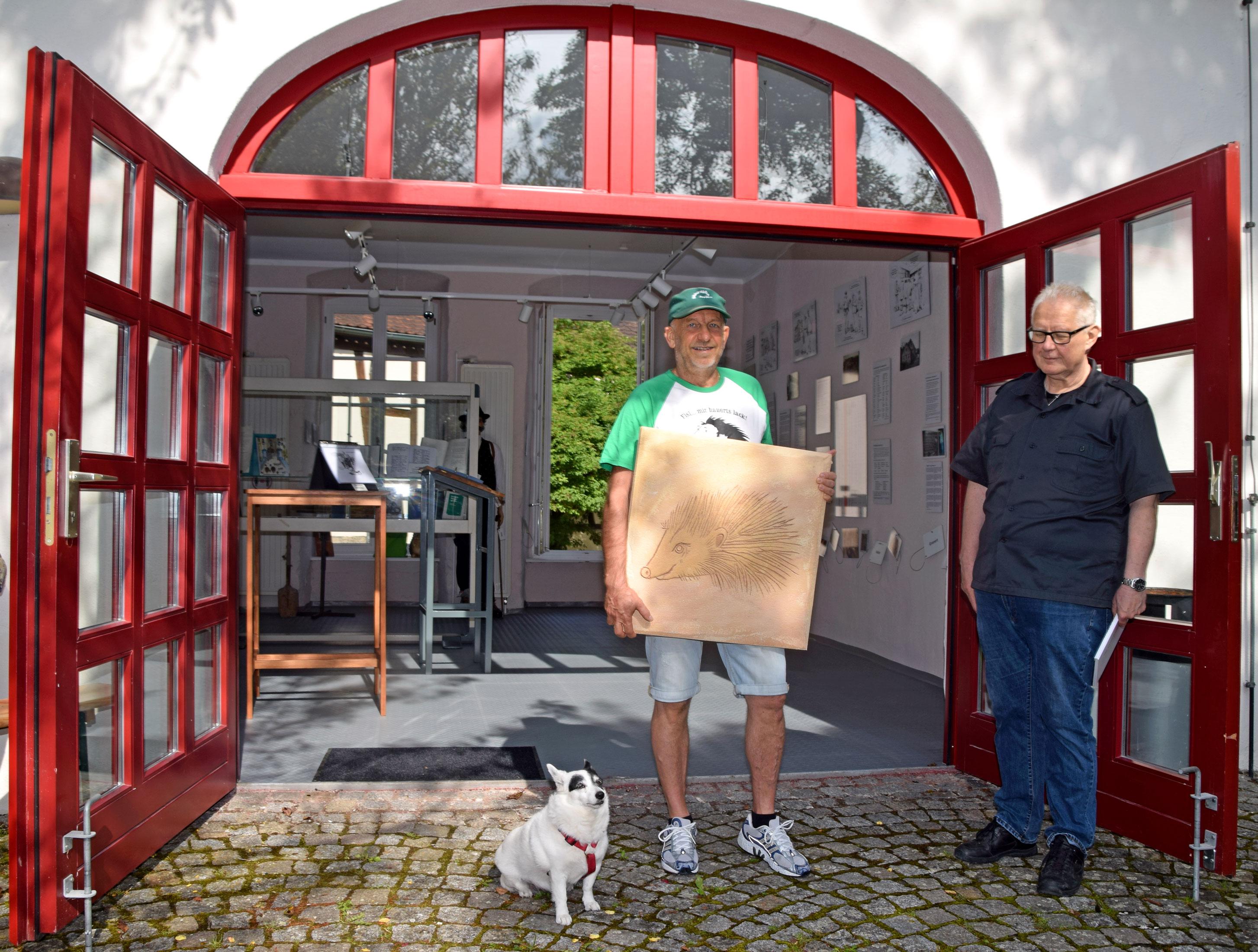 """Markus Löschel (links) und Johannes Munique vor dem Museum zur Jenischen Sprache. Mit dabei ist auch """"Keiloff"""" Fanny. """"Keiloff"""" ist das jenische Wort für Hund. Und auch der Igel spielt in der Sprache eine große Rolle. Foto: am"""