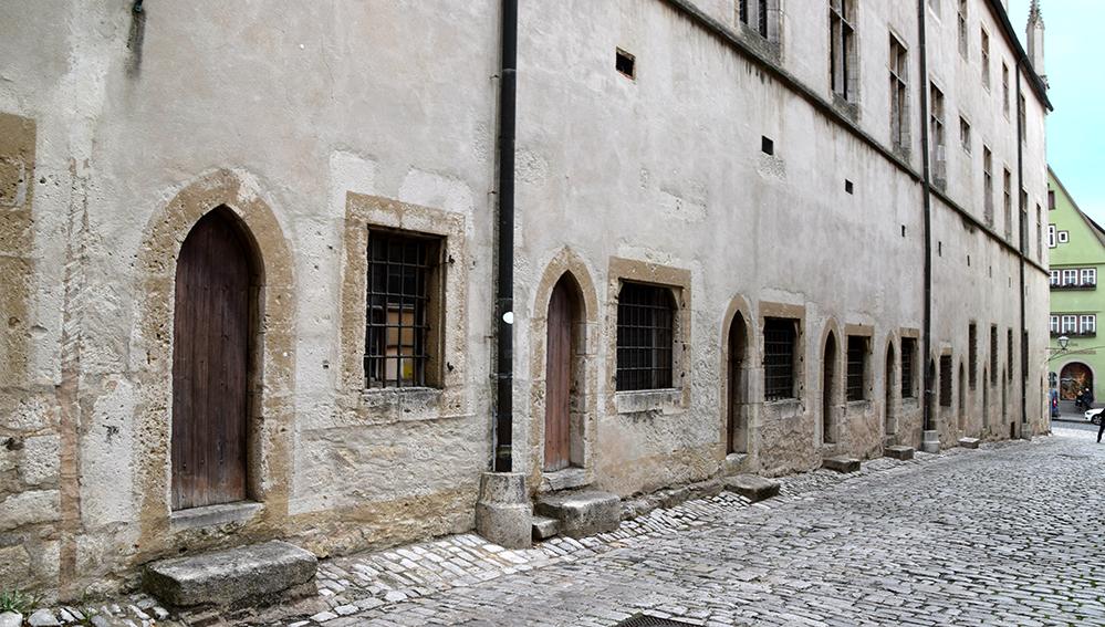 Hinter diesen Türen haben Handwerker und Händler einst ihre Waren und ihr Können angeboten. Foto: am
